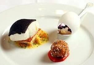 Kveite med Jarlsberg - Niçoise crust, hvitløkscroquette, sitrus-lakserognsaus og posjert vaktelegg