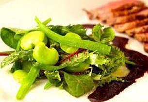 Røykt andebryst, salat med fèvebønner og haricots verts solbærvinaigrette