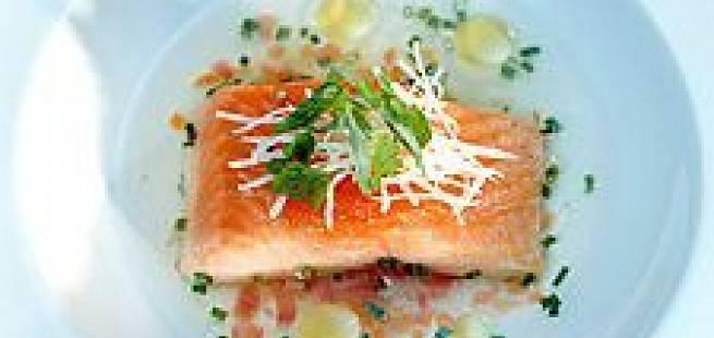 Klar tomatbuljong med dampet Ishavsrøye