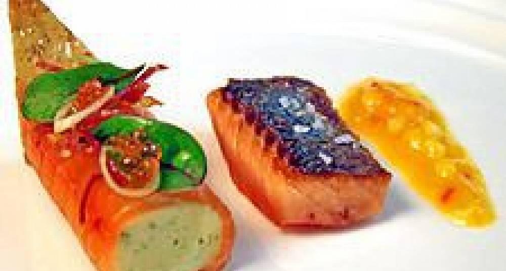 Skinnstekt ishavsrøye fra Bardu, speket røyerull med sjøkrepsmousse, mango chilisalsa
