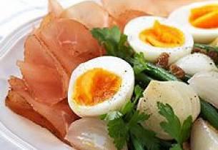 Provençalsk salat med egg og skinke