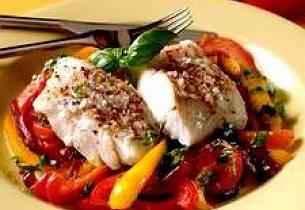 Ovnsbakt sei med tomat, paprika og rødløk