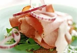 Dansk rugbrød med pastrami, rødløk og pepperrotkrem