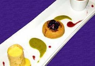 "Krydderkake ""savarin"" servert med en liten mandarin-crème brûlée"