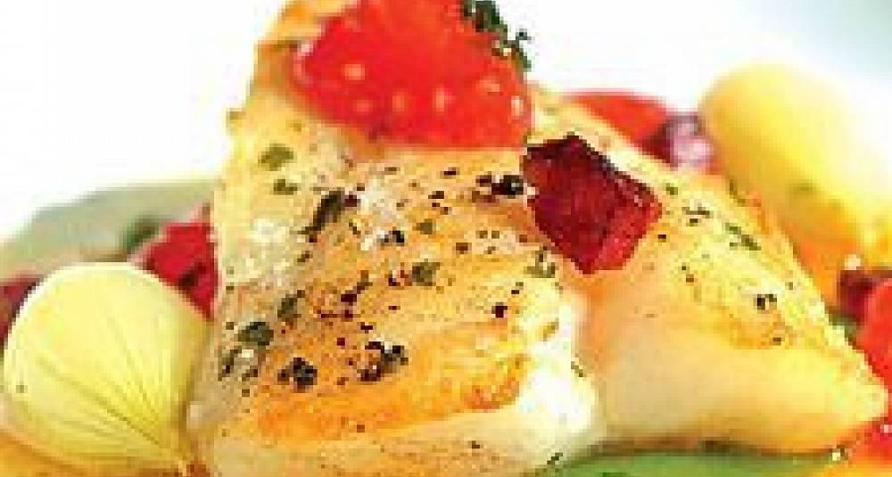 Torsk i olivenolje og sitron med grønnsaker og stekt pølse