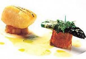 Estragon og lardobardert hellefisk, servert med pastilla på røykt ishavsrøye, eple- og jordskokksauté, eple- og jordskokkcrème og aspargessauce