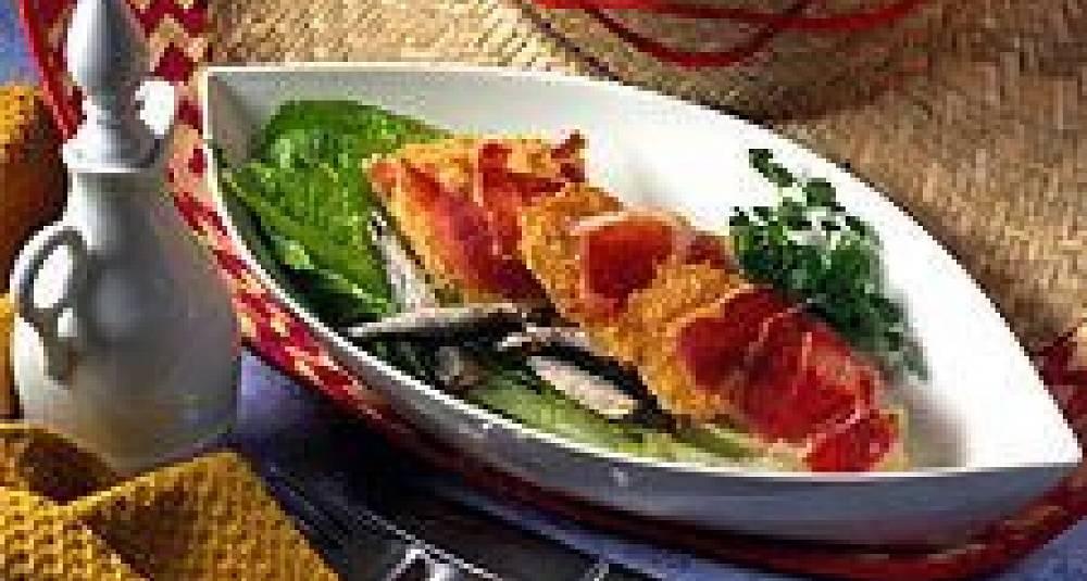 Cæsarsalat med parmesanchips og skinke