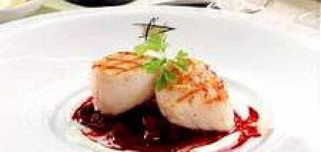 Kamskjell med syltede rødbeter og snøfrisksaus