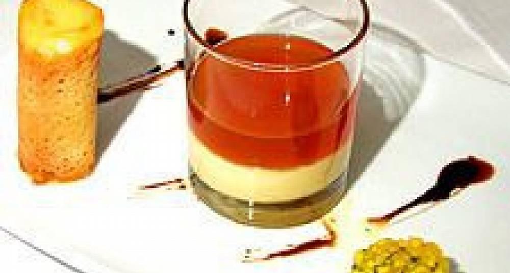 Panacotta med et hint av pasjonsfrukt, apricosconsommé, karamelltårn fylt med aprikos- og vaniljesorbét, fruktsalat med basilikum og peachlikør, balsamico-anissirup