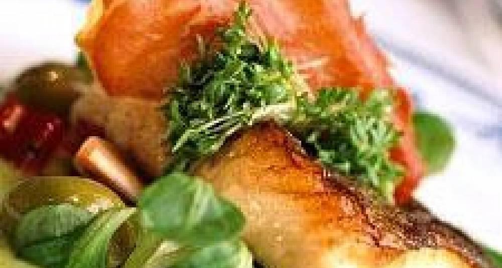 Hvitløkstekte torskekjaker med stekesjy, auberginekrem og salat av gule og grønne bønner