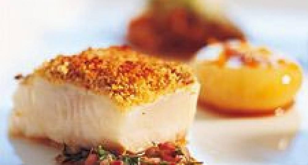 Lettrøkt kveite med karvecrust, åpen ravioli med aniskokt gulrot, sitrusglasert fennikel og krydderposjert småløk, sennepsjy, potetrull med spekesild
