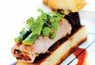 Gjøkalvfilet rullet med morkelrisotto, servert med tusenbladsterte, ovnsbakte rødbeter, asparges og alfasalat, rødvinsaus
