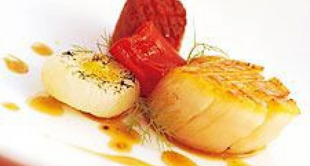 Stekte kamskjell med chorizopølse, sitruskokt løk og kalveglace tilsmakt med vanilje
