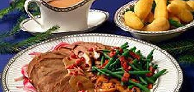 Elgsteik med sjysaus, jordskokkpuré, aspargesbønner, ristet sopp og slottspoteter