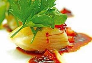Olivenoljeposjert tørrfisk, ristet hvitløk- og blomkålskrem med røkt tomatvinaigrette