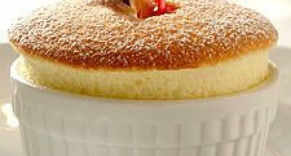 Yoghurtsufflé naturelle med varm kirsbærcompote