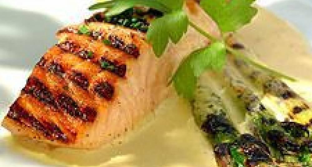 Laksefilet med peanøttcrust, salat av avocado, aspargesbønner og ruccula, pure av blomkål eller jordsskokker, soyasirup