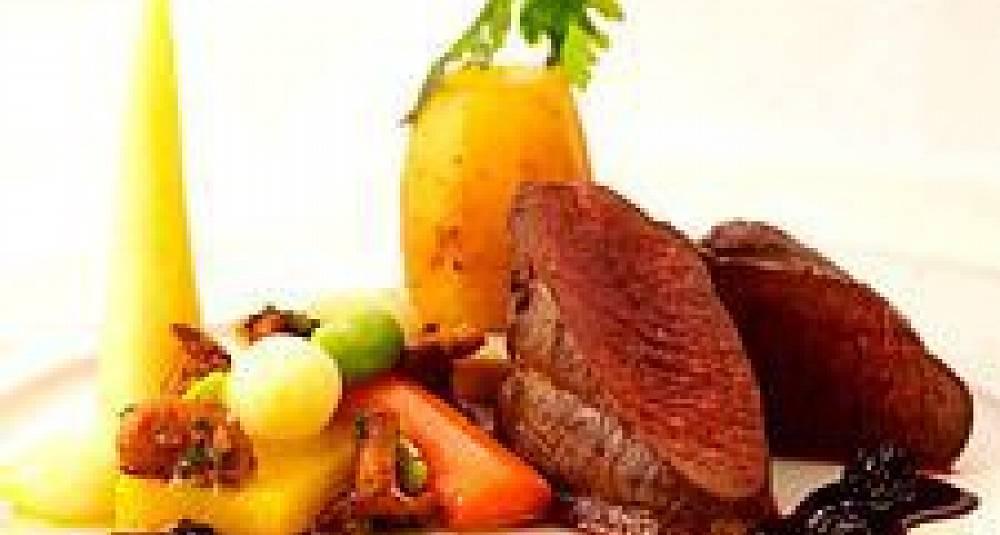 Stekt reinsdyrplomme, kantareller, glaserte grønnsaker, tartelett med potetpuré og fondantpotet, solbærsjy