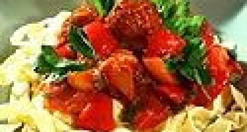 Pasta og tomatsaus med kyllingboller