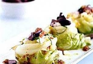 Bakt spiss- eller sommerkål med fetaost og oliven