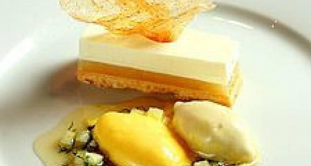 Kesammousse med eplegelé og safranis