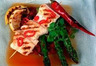 Grillet chilimarinert steinbit med tomat-rosinkompott