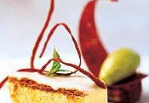 Napoleonskake anno 2002 tilsmakt med karri servert med syrlig basilikumsorbet, pistasjebrownie og varm bringebærsirup