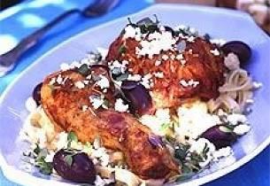 Gresk varm potetsalat med fetaost, chili, rødløk og oliven