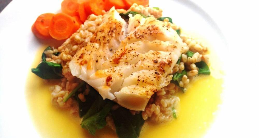 Skinnstekt torsk med appelsinsaus, appelsinkokte gulrøtter og perlebygg med ruccola