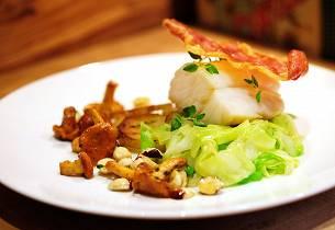 Lettsaltet torsk med kantareller, sommerkål, spekeskinke og hasselnøtter
