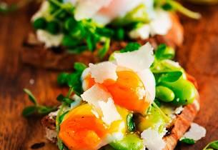 Bruschetta med kremost, bønner, ertespirer og posjert egg
