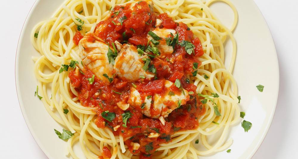 Pasta med sei, tomat og basilikum