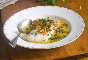Dampet torsk på linseseng med grønnsaker
