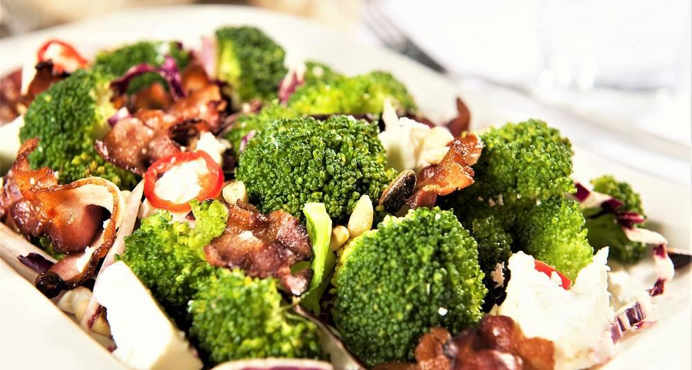 Brokkolisalat med feta og bacon