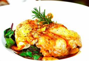 Ovnstekt kylling på rotgrønnsaker med oliven og urter