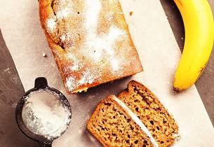 Slik baker du et saftig bananbrød