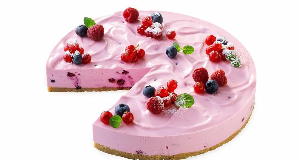 Ostekake med tyttebærsaus