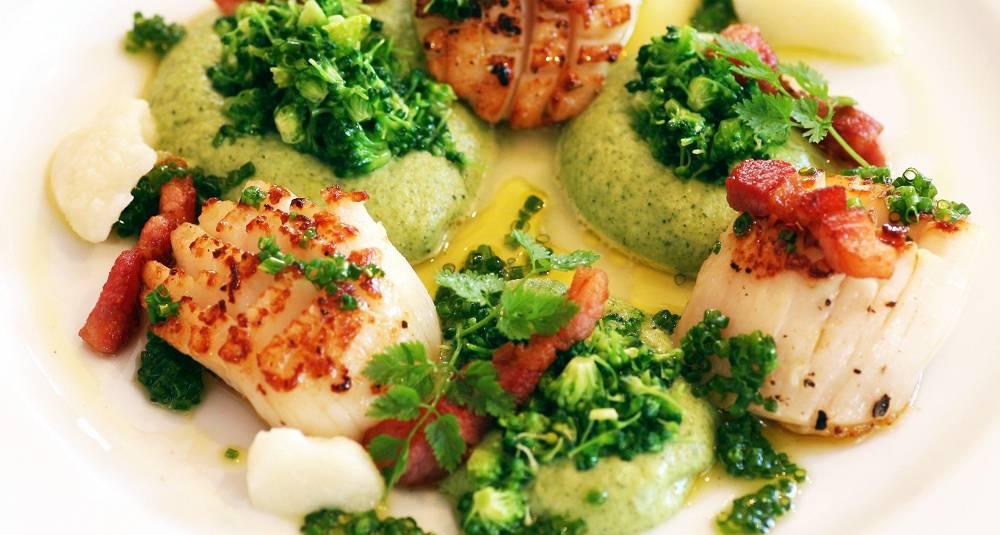 Kamskjell med brokkoli og hvitløk