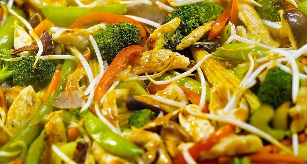 Kylling- og grønnsakswok med hjemmelaget saus