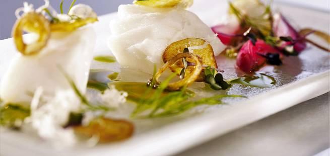 Posjert torsk med pepperrot, dillvinagrette, sprø løk & potetchips