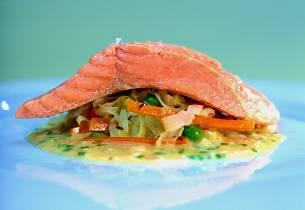 Dampet ishavsrøye med fersk surkål og syrlig smørsaus med gressløk