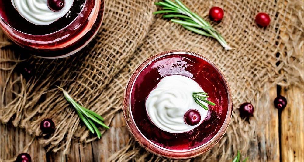 Yoghurt-panna cotta med tyttebærsaus