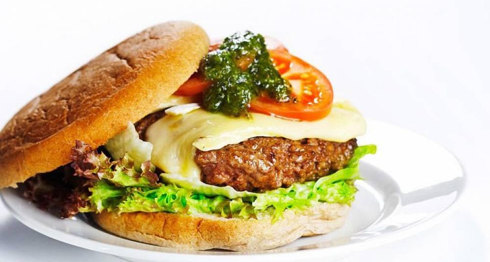 Burger med brie, pesto og tomat
