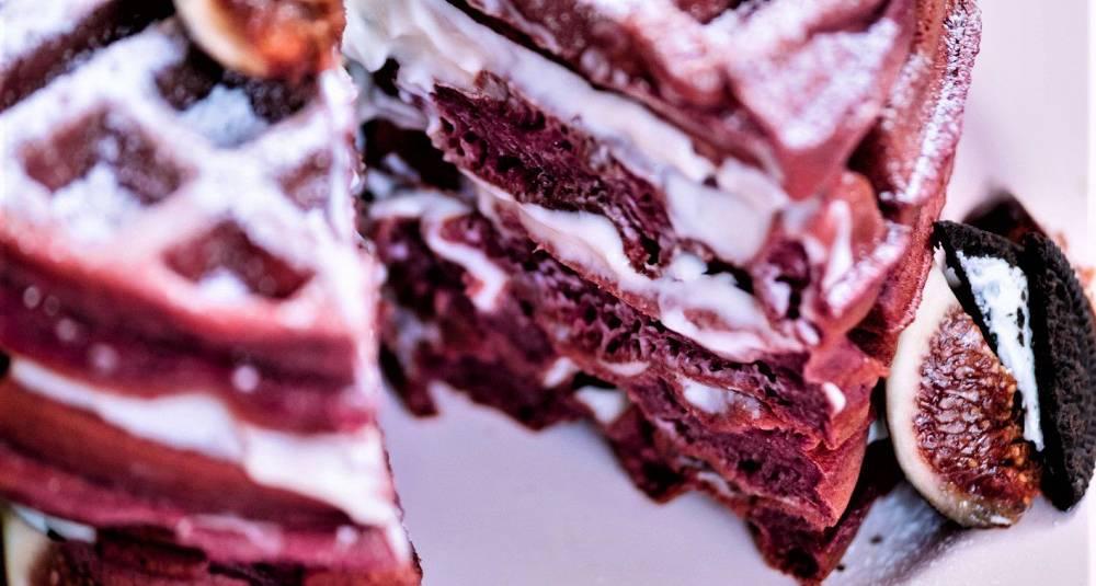 Lagkake av rødbetevafler med ostekrem, fiken og sjokoladecookies