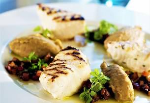 Steinbit, auberginepuré med lun grønnsaksvinagrette