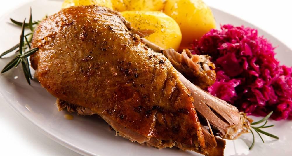Stekt and med svisker og vin-brasert rødkål