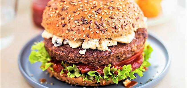 Bluecheeseburger med coleslaw-tomatsalsa