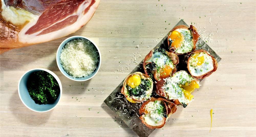 Muffins med parmaskinke, kremet spinat og egg