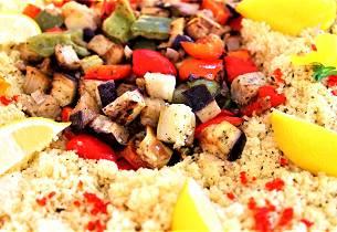 Marokkanske grønnsaker og kikerter på couscous-seng