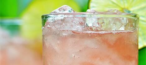 By på en vårlig og leskende drink i solveggen